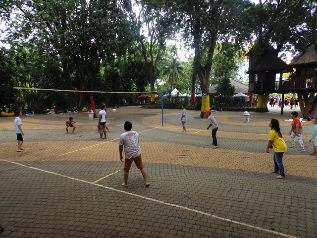 Main Volley di Sekitar Wahana Dragon Slide